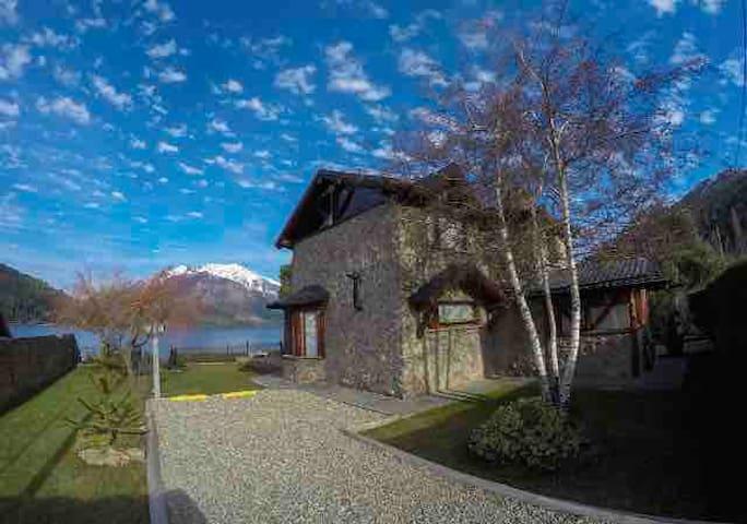 Bariloche Stone House Casa con Costa de Lago