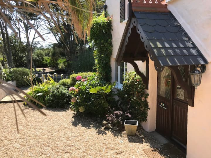 Seaview country cottage 5 mins walk from the beach