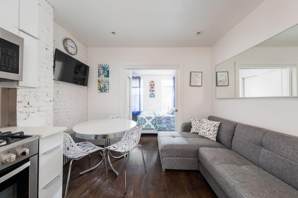 Living room, kitchen and dining area Salón, cocina y comedor