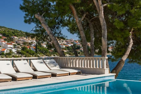 Seafront villa with swimming pool - Okrug Gornji - Villa