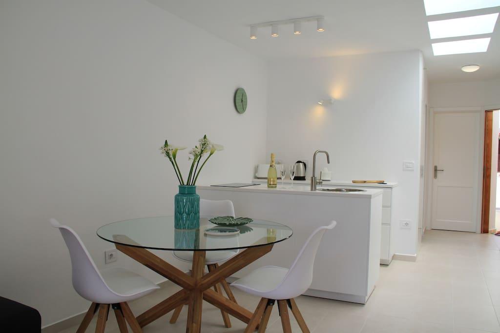 Zona living con tavolo da pranzo e ampia cucina
