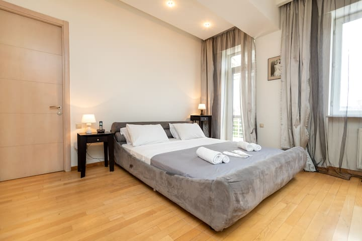 Bedroom w/ double bed and hotel quality linen