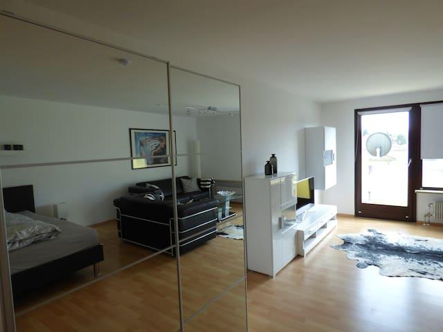 Spiegelschrank im Wohnzimmer