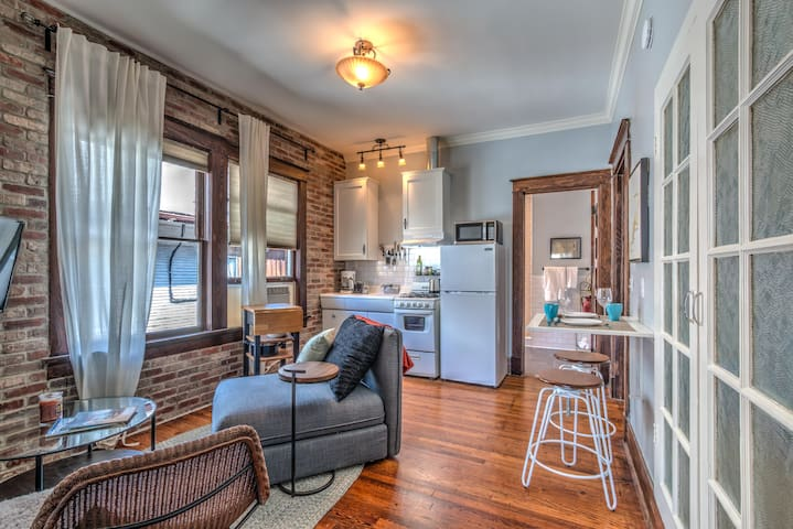Classic woodwork & details in 1912 Colonial! - Memphis - Apartment