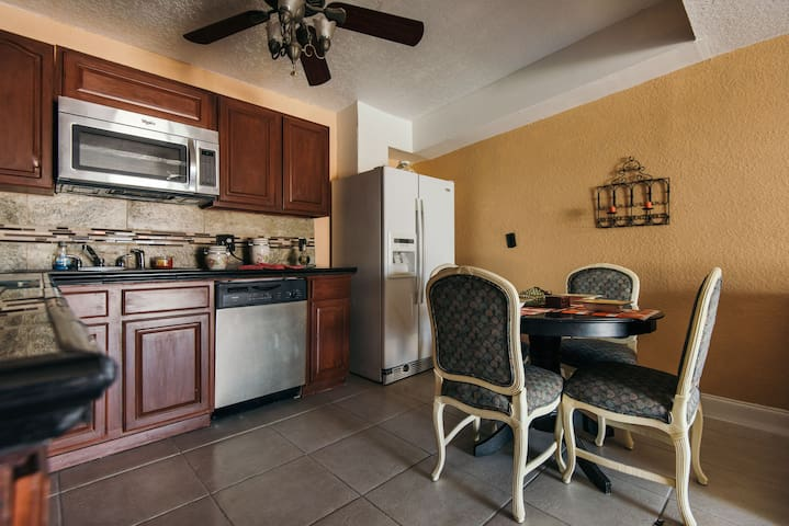 CHARMING DOLLHOUSE FOR UP TO 4 PEOPLE. - West Palm Beach - Casa