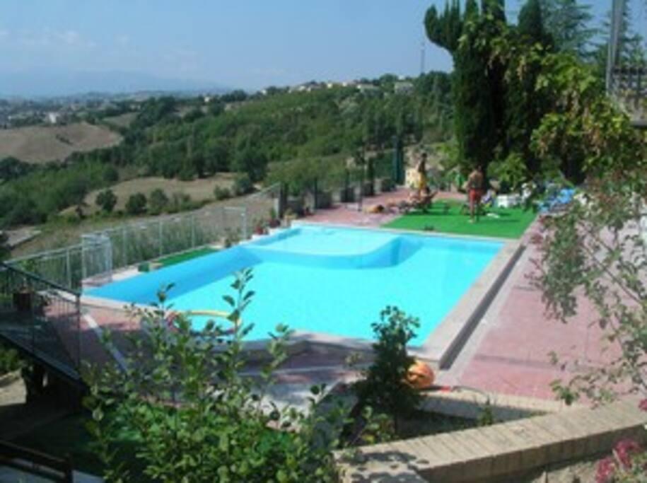 La piscina con l'angolo per bambini