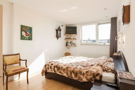 Mooi 2-pers appartement (slaap- en  werk/zitkamer)