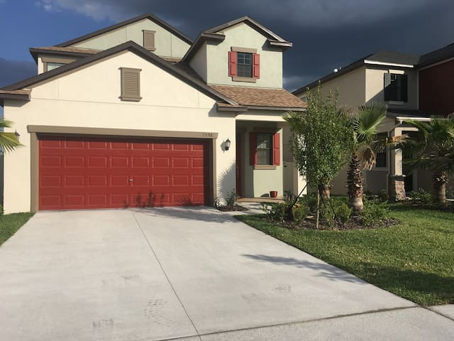 Upstairs bedrooms, 2 baths with private loft den - Wesley Chapel - Casa