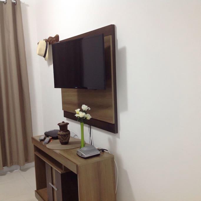 Rack con Smart tv en sala