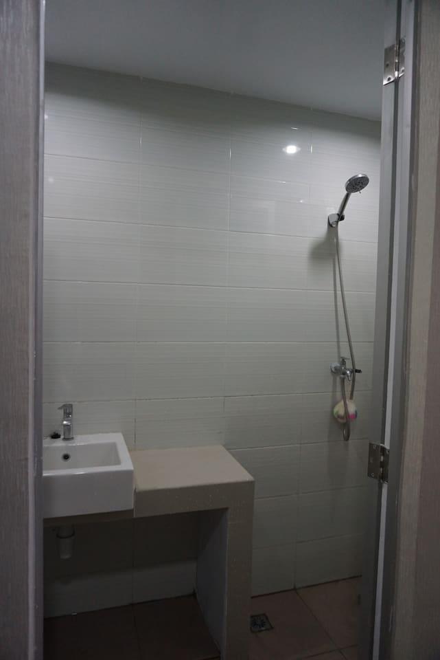 Bathroom (kamar mandi)