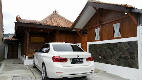 Villa Kayu Cikole Lembang Bandung (Sejuk, Wisata)