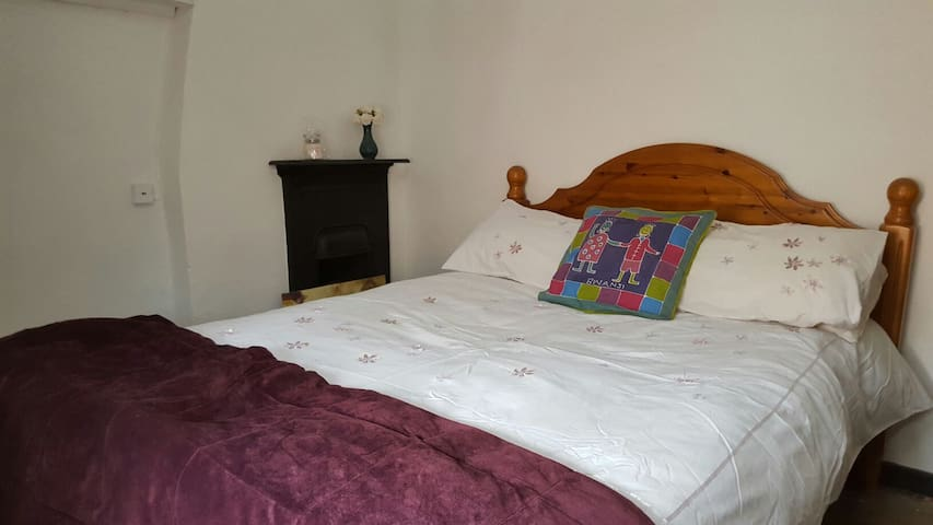 Double Room in a charming character cottage - Harbury