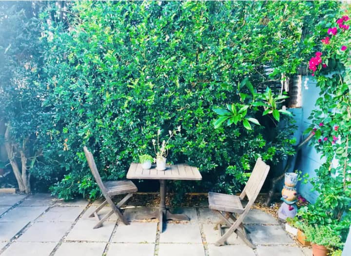 North Bondi Beach 2 bedroom house+ parking+ garden