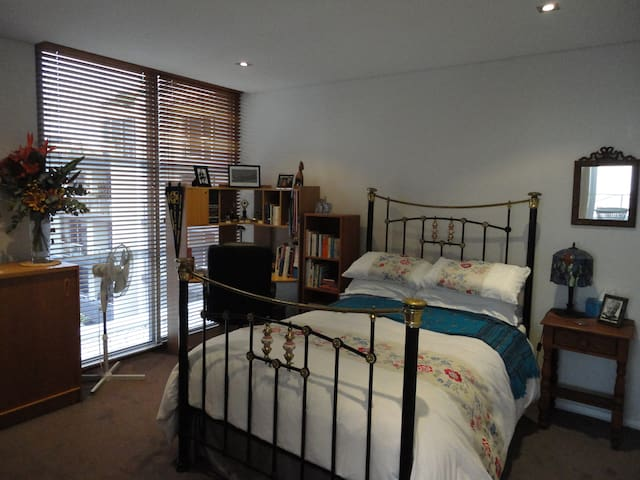 Penthouse room & ensuite, between city and airport - Waterloo - Apartment