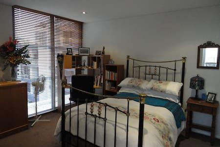 Penthouse room/ensuite, between the airport & city - Waterloo