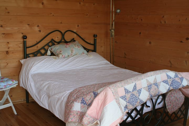 Ria's Log Cabin, Lovely country views. - Sellindge