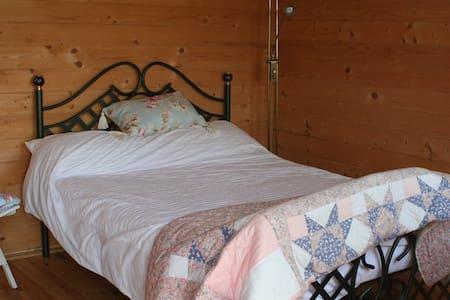 Ria's Log Cabin, Lovely country views. - Sellindge - Blockhütte