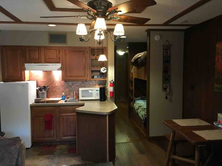 SUPER COMFY CONDO sleeps 4 w/bunkbeds- near creek!