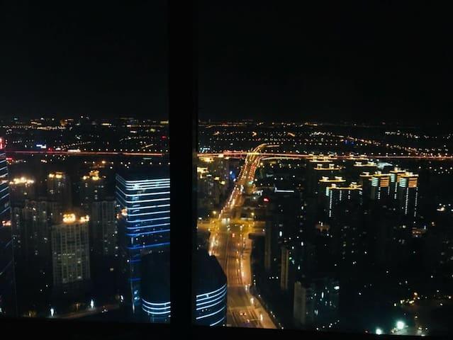 东方之门58楼法式唯美2室湖景房,地铁100米,超大落地窗,看日出赏夕阳的直接下单
