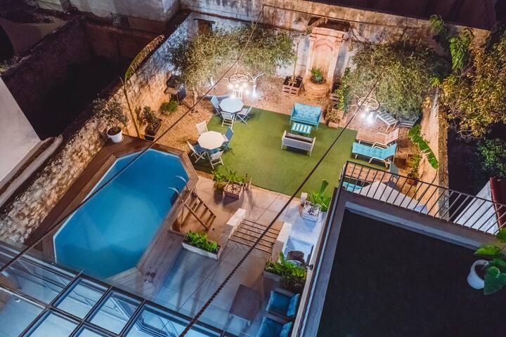 Africa themed en-suite in Townhouse, Pool & Garden