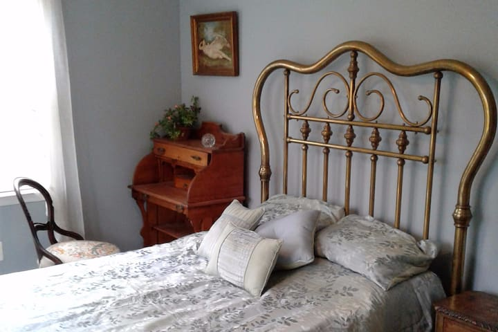 Country Comfort: feather bed, antiques and WIFI! - Boyds