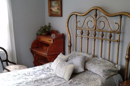Country Comfort: feather bed, antiques and WIFI! - Boyds - Casa