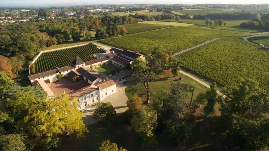 Très beau château du 19ème siècle près de Bordeaux