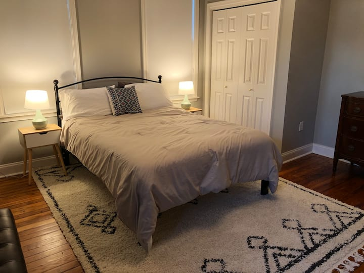 Clean and quiet room in historic Church Hill home