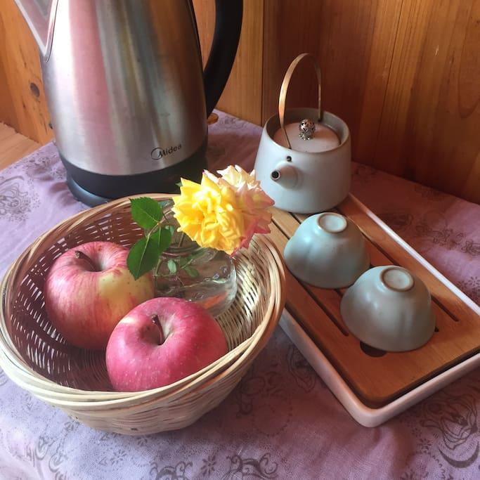 房间为客人准备应季水果和矿泉水