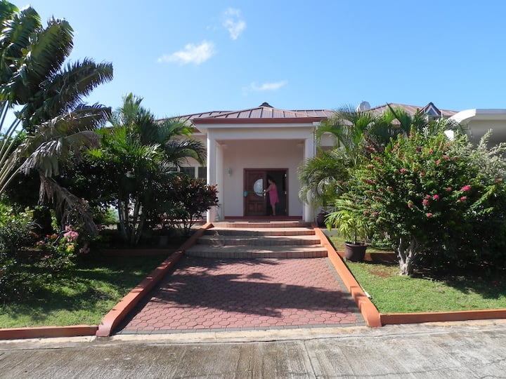 DELIGHTFUL, SPACIOUS 3 BEDROOM VILLA w/ OCEANVIEW