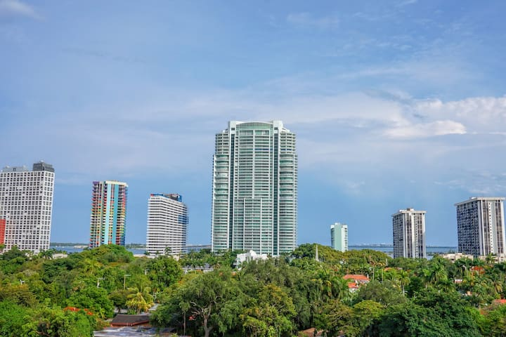 Huge Condo in Brickell, 15 Mins. to South Beach!