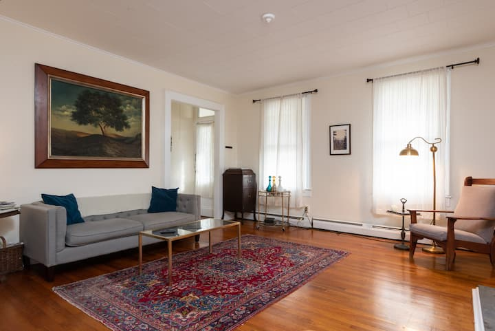Bright, Cozy, Charming, 1 Block to Warren