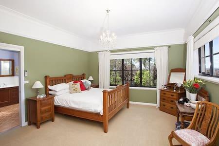 Banks room +en suite. Bowral country designer home - Bowral - Rumah
