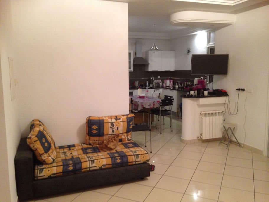 Salon avec TV pivotante (vers salon ou vers cuisine)