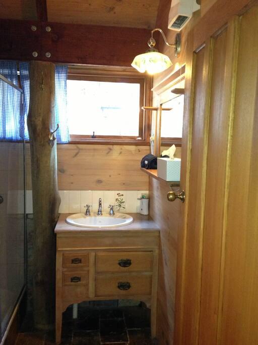 Bathroom (separate toilet)