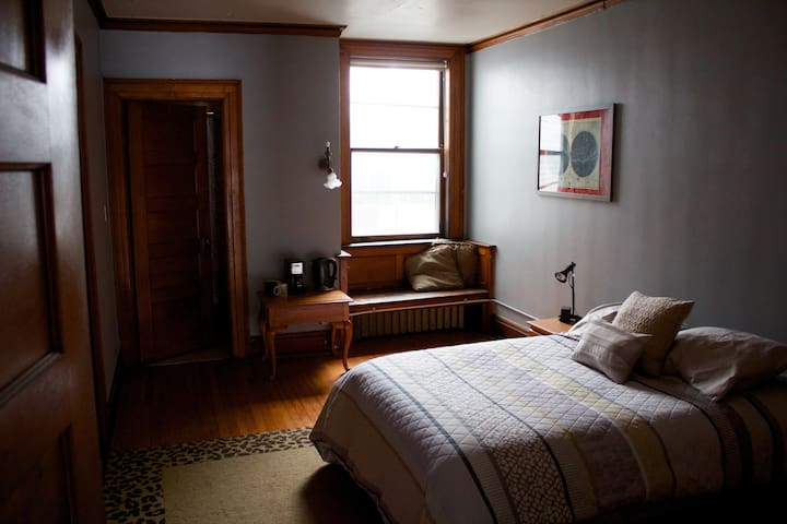 Room in Beautiful, Historic Apt. - Des Moines - Apartment