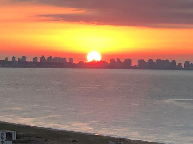Vista a Punta del Este al amanecer desde nuestra terraza.