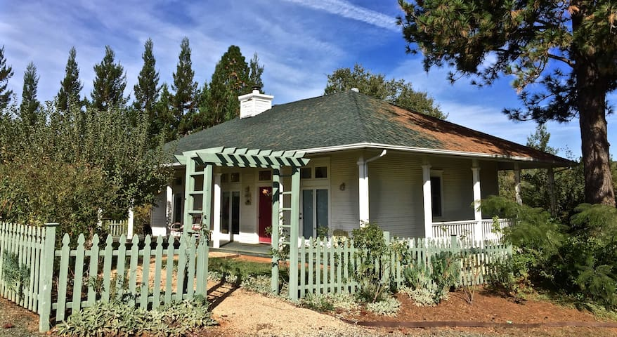 Bucolic 2-Bedroom Cottage - Grass Valley - Casa