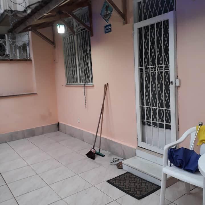 Apartamento térreo com varanda espaçosa aberta