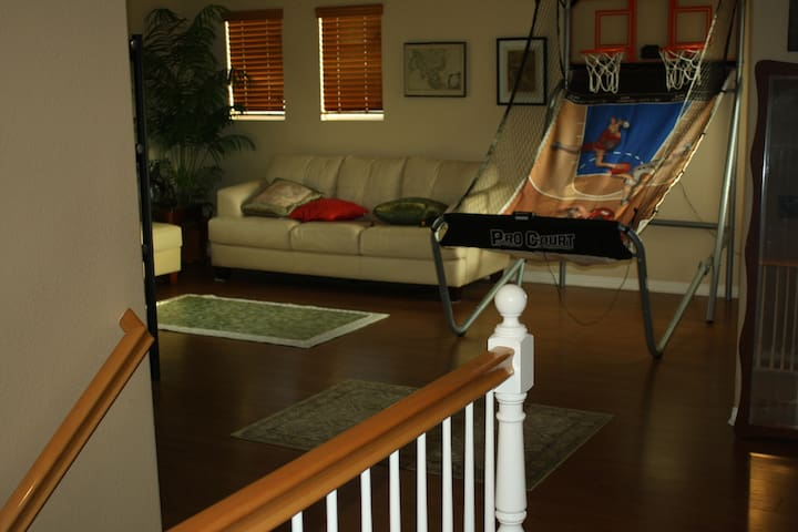 2 층 거실 옆에 보이는 것은 실내 농구대
