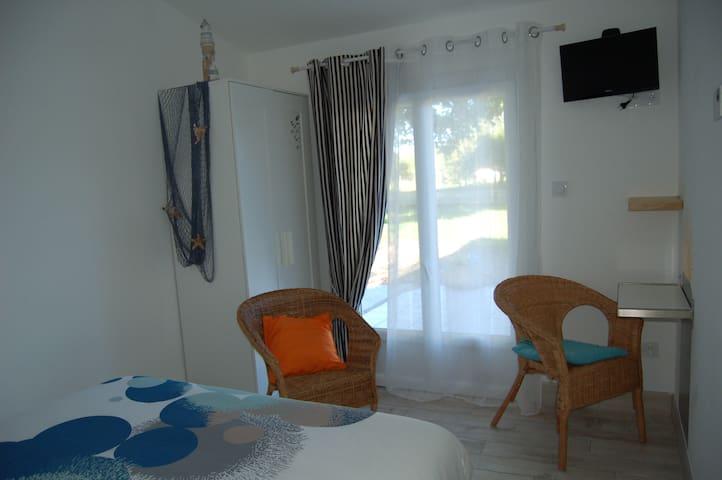 Chambre 2 porte fenêtre accès sur terrasse et parc avec lin de lit