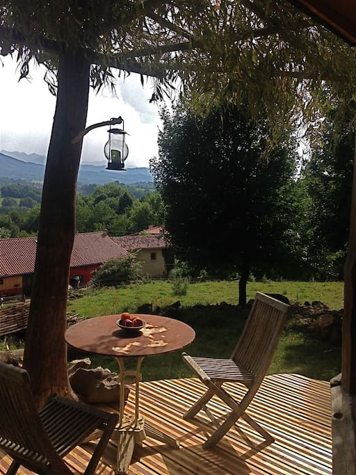 Une terrasse au dessus du hameau, vue sur les montagnes