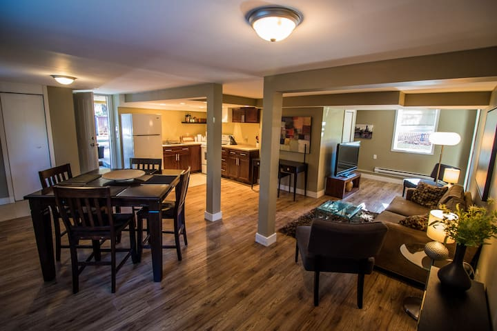 Modern Spacious 2 bedroom close to downtown/ocean - Victoria - House