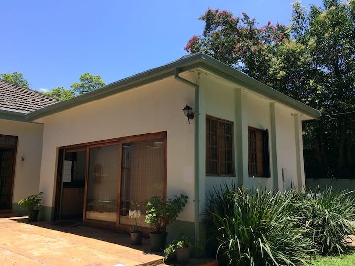 Hidden gem: sunny garden cottage in old Arcadia