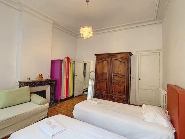 El Patio : chambre n°3 et sa salle de douche privative.