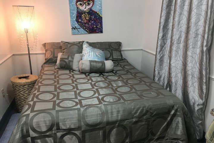 Cette grande chambre vous offre un lit double électrique permettant de travailler confortablement avec le PC