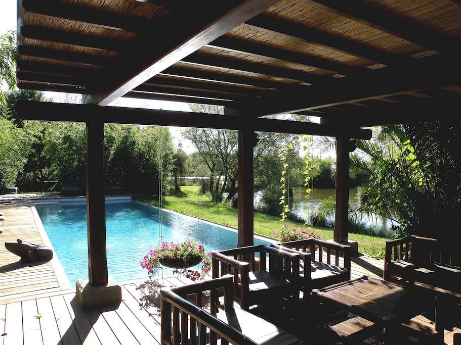 piscine à débordement sur les étangs , pool house Thaïlandais