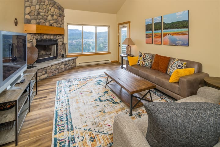Deer Run Family Retreat with Private Hot Tub and Winter Shuttle Service! New Listing