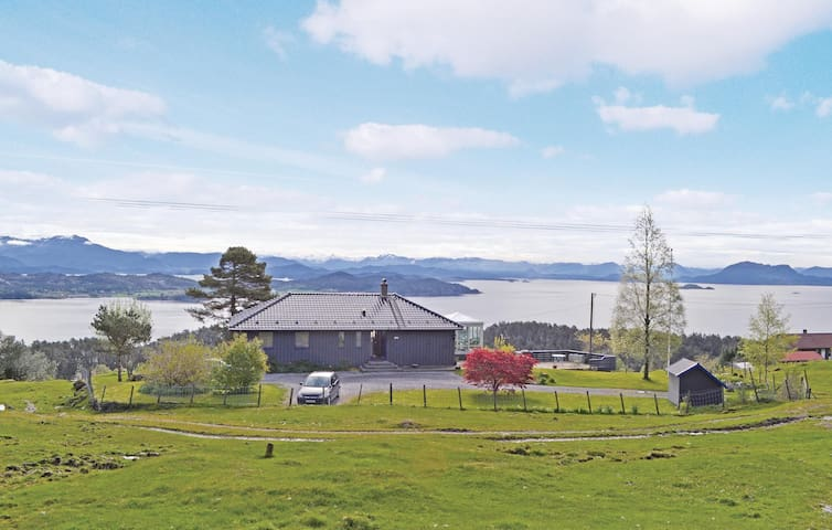 Holiday cottage with 3 bedrooms on 170 m² in Stord