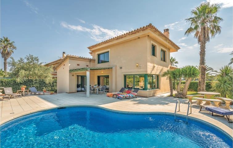 Holiday cottage with 4 bedrooms on 192m² in Sant Pere Pescador